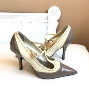 POINTED TOE OXFORD PATENT PUMP TAUPE CREAM